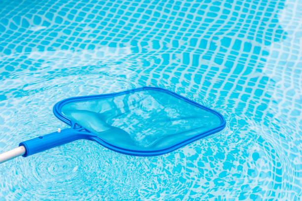 Poolpflege mit Kescher um Verunreinigungen zu entfernen – Foto