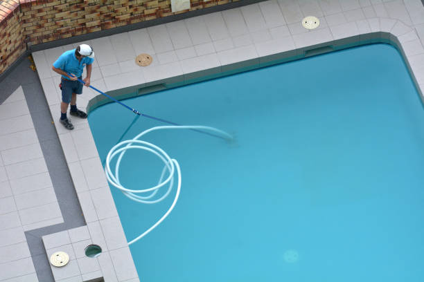 pool cleaner cleaning a pool - standing water stock pictures, royalty-free photos & images