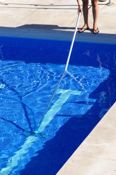 pool-clenaer bei der arbeit - flip flops reparieren stock-fotos und bilder