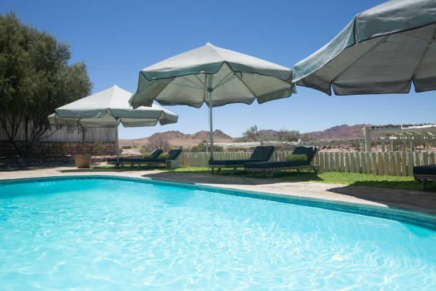 Pool mit Sonnenschirmen – Foto