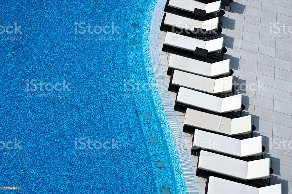 Pool mit weißem sunlounger – Foto