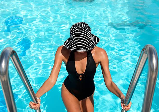 pool-frau - pool schritte stock-fotos und bilder