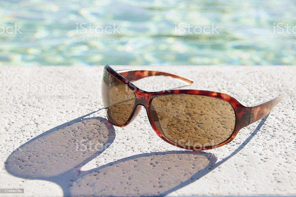 Óculos de sol à beira da piscina-horizontal - foto de acervo