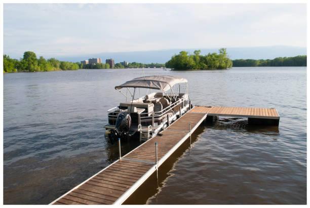 Poonton bateaux amarrés sur le quai flottant de cèdre - Photo