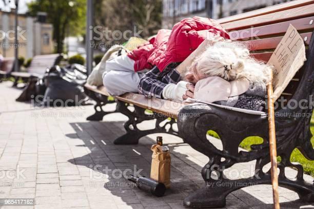 Biedny Starszy Mężczyzna Mieszkający Na Ławce - zdjęcia stockowe i więcej obrazów Alkohol - napój