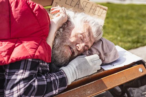 불 쌍 한 노인이 벤치에 자 거지에 대한 스톡 사진 및 기타 이미지