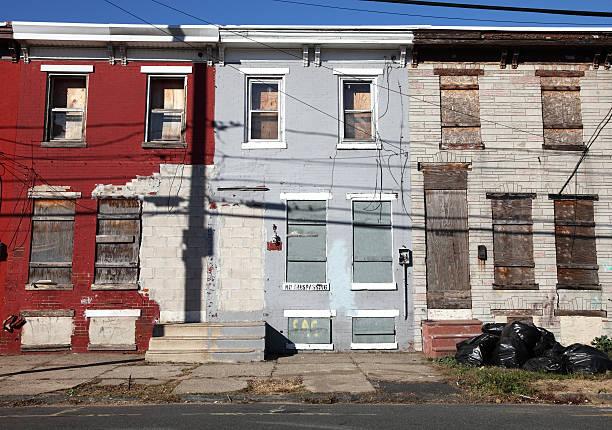 poor inner city neighborhood - slechte staat stockfoto's en -beelden