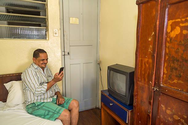 schlechte nordosten von brasilianischen mann in einem sehr einfachen hotel - telefonschrank stock-fotos und bilder