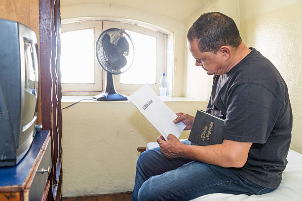 poor northeastern brazilian man in a very simple hotel - 大比大 聖經人物 個照片及圖片檔
