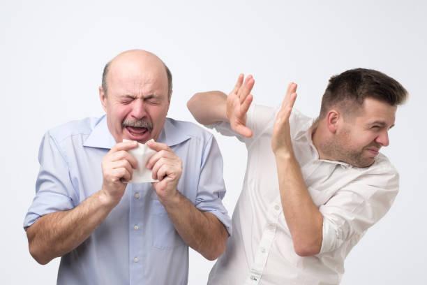 der arme alte kerl hat schreckliche grippe. studio-shooting - flüchten stock-fotos und bilder
