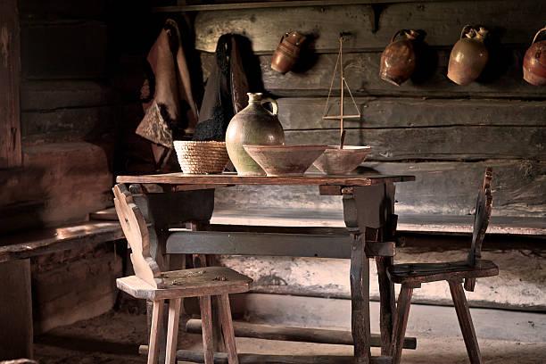 armer bauer ländlichen alten küche - landhausstil küche stock-fotos und bilder