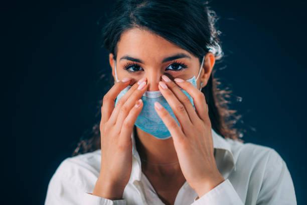 Schlechte Praktiken gegen Corona-Virus-Infektion. Schöne junge Frau berührt ihre Augen – Foto