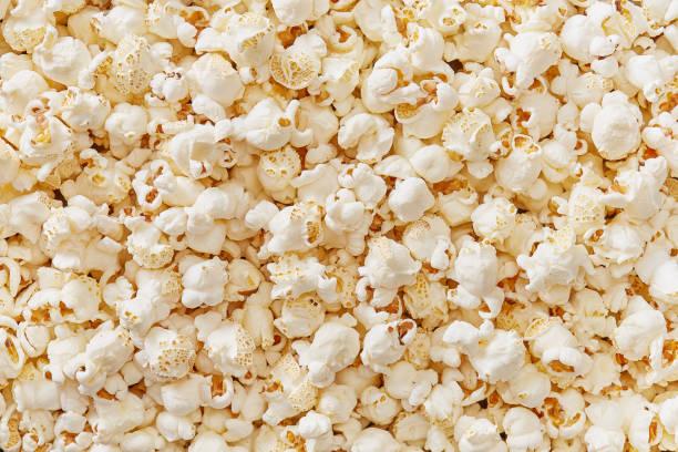 pop corn volledige frame gedetailleerde weergave van bovenaf. bovenaanzicht. - popcorn stockfoto's en -beelden