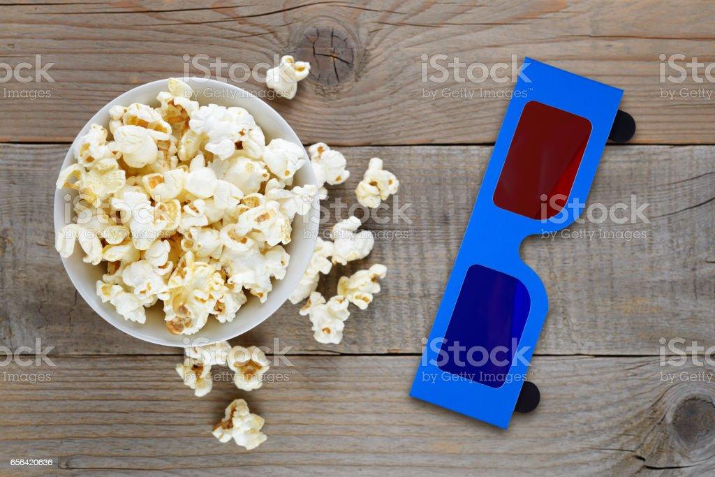Popcorn und Anaglyphen 3D-Brille auf hölzernen Tischplatte anzeigen – Foto