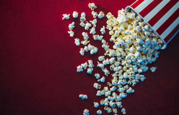 popcorn en bioscoop - popcorn stockfoto's en -beelden