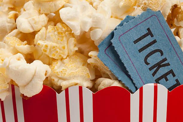 popcorn e film - biglietto del cinema foto e immagini stock