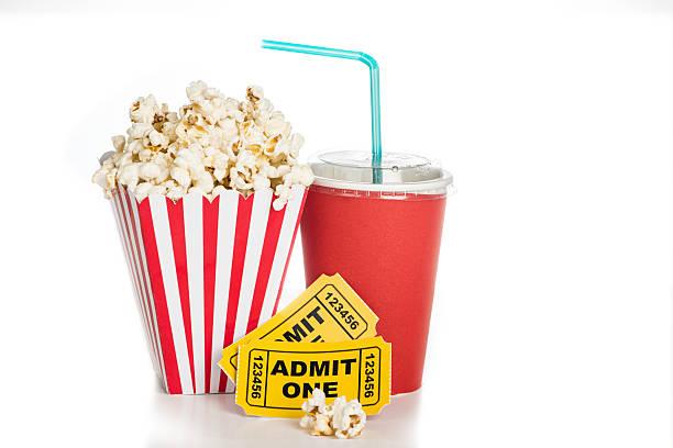 popcorn e biglietti del cinema sul concetto di sfondo bianco per il cinema - biglietto del cinema foto e immagini stock