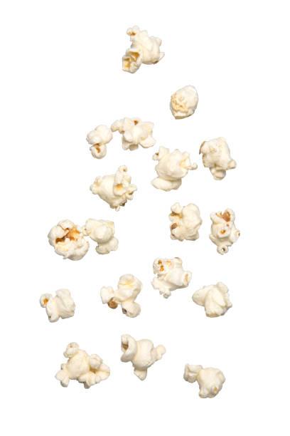 popcorn vallen geïsoleerd op witte achtergrond - popcorn stockfoto's en -beelden