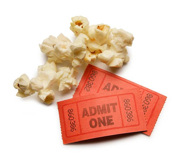 popcorn kernel e due matrici dei biglietti - biglietto del cinema foto e immagini stock
