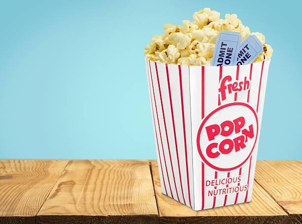 popcorn, un film, un biglietto del cinema - biglietto del cinema foto e immagini stock