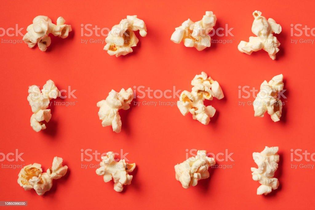 Modèle de pop-corn sur fond rouge. Vue de dessus - Photo