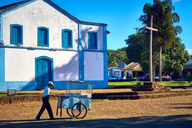 Popcorn-Verkäufer geht mit seinem Karren verkauft Popcorn vor der Kirche. – Foto