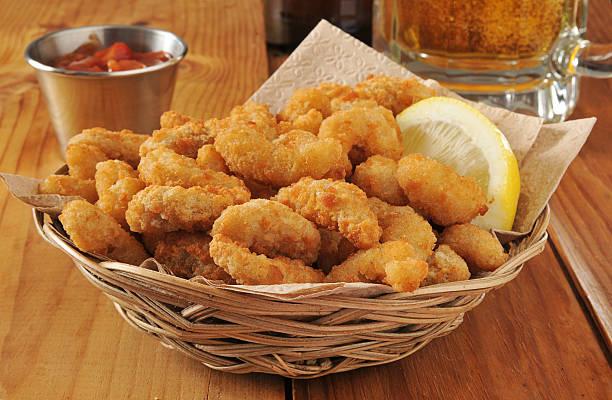 popcorn shrimp and beer - kızartılmış stok fotoğraflar ve resimler