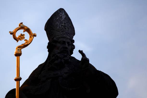 Papa bendice con dos dedos la señal de la Cruz - foto de stock