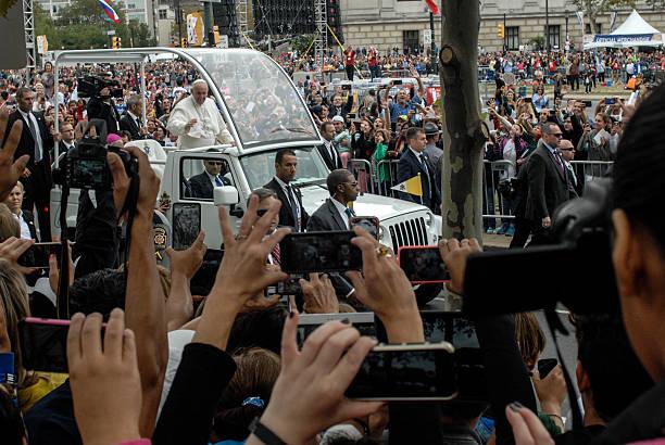 pope francis arriving at benjamin franklin parkway - pope francis stok fotoğraflar ve resimler