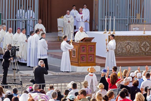 ostia lido - roma sant monica meydanda corpus domini ayinde papa francis bergoglio kutluyor - pope francis stok fotoğraflar ve resimler