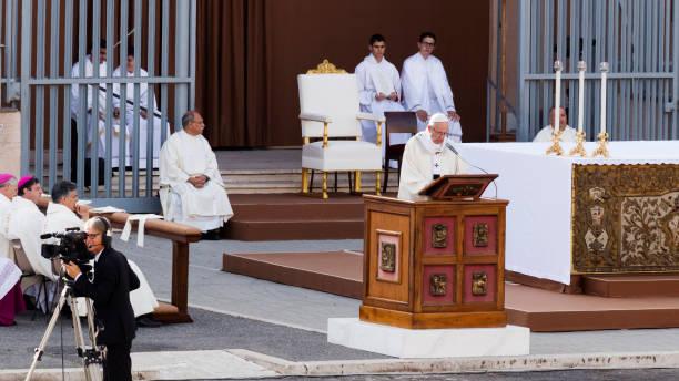 ostia - roma sant monica meydanda corpus domini ayinde papa francis bergoglio kutluyor - pope francis stok fotoğraflar ve resimler