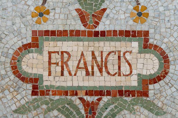 papież franciszek nazwę w czerwona mozaika mieszany - pope francis zdjęcia i obrazy z banku zdjęć