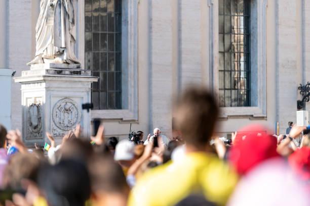 vatikan şehir devleti - 5 eylül 2018: papa francis, binicilik, popemobile üzerinde hareket papalık, tebrik, kalabalık, ellerini sallayarak insanlar ile genel kitlesi de fotoğraf, resim arabamla - pope francis stok fotoğraflar ve resimler