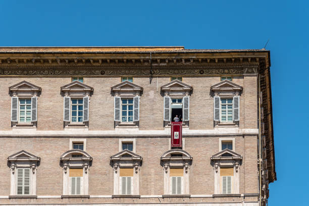 papa franciscus balkonda - pope francis stok fotoğraflar ve resimler