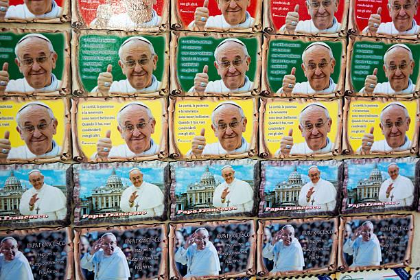 pope souvenirs in rome - pope francis stok fotoğraflar ve resimler