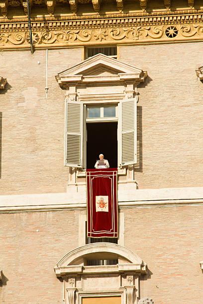 fenster des papstes - papst benedikt xvi stock-fotos und bilder