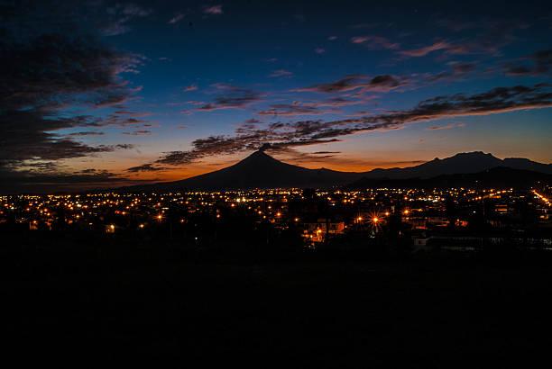 Popocatepetl Vista del Popocatepetl desde la piramide de Cholula-Puebla. puebla state stock pictures, royalty-free photos & images