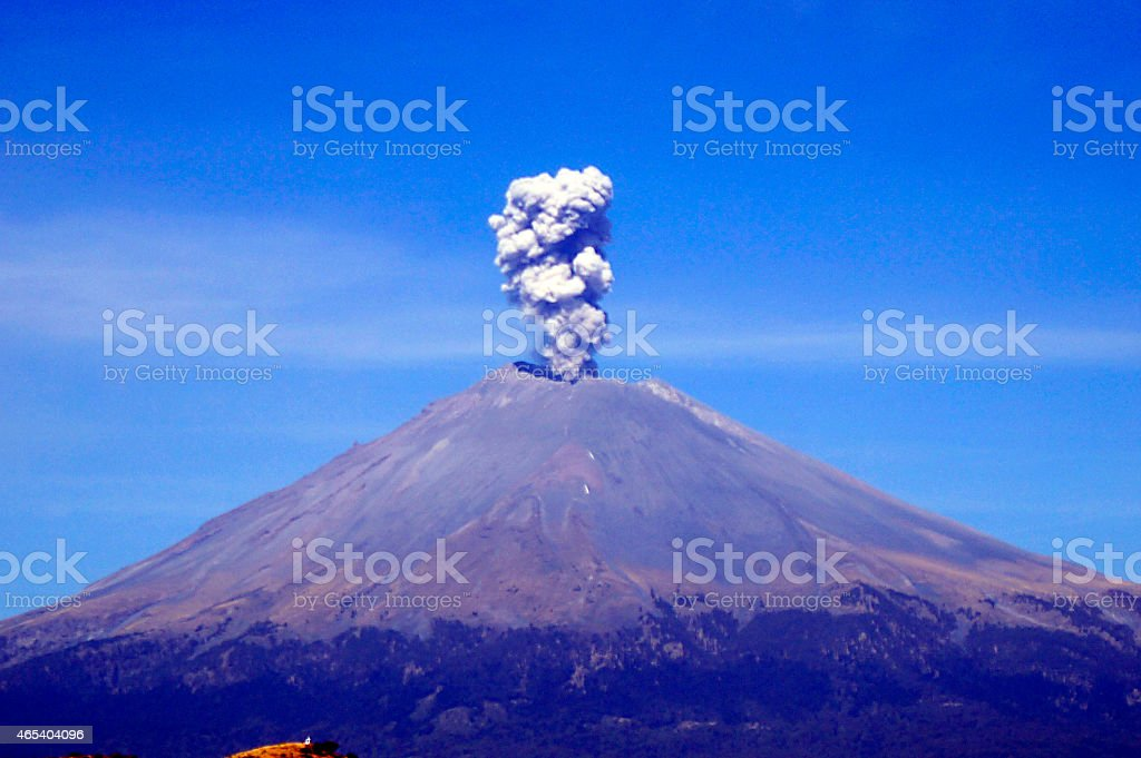 Del volcán. Erupción volcánica, activo volcán Popocatepetl cráter - foto de stock
