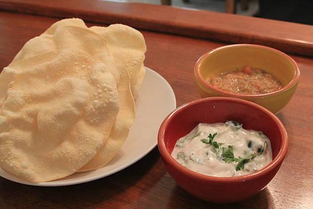 Poppadum with riati and spicy dip – Foto