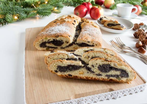 mohnkuchen gerollt - apfel marzipan kuchen stock-fotos und bilder