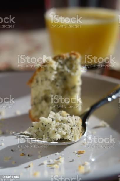 Magenta Muffin Op Plaat Stockfoto en meer beelden van Bord - Serviesgoed