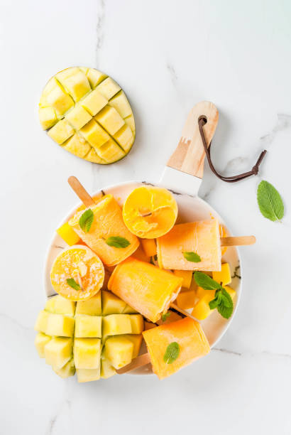 eis am stiel, gefrorene mango-smoothie - mango eis am stiel stock-fotos und bilder