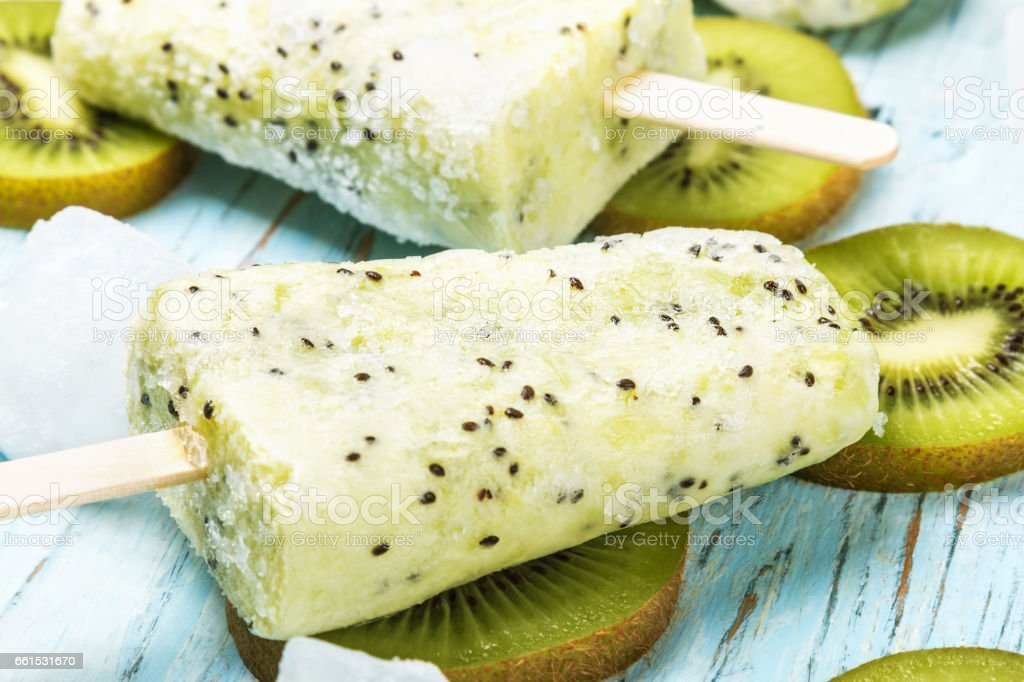 Popsicles on a stick of kiwi and lime on a wooden – Foto