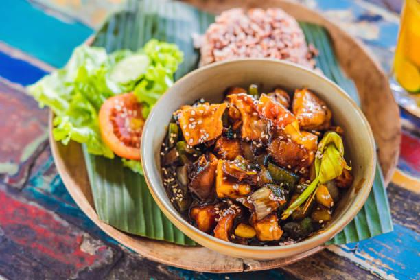 Beliebte balinesischen Mahlzeit aus Reis mit unterschiedlichsten Beilagen, die zusammen mit dem Reis und mehr als optionale Extras serviert werden – Foto