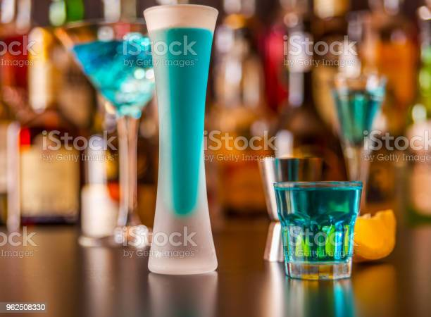 Foto de Bebida Popular Azul Atirou Kamikaze No Fundo Do Bar Com Garrafas Uma Bebida Refrescante e mais fotos de stock de Azul