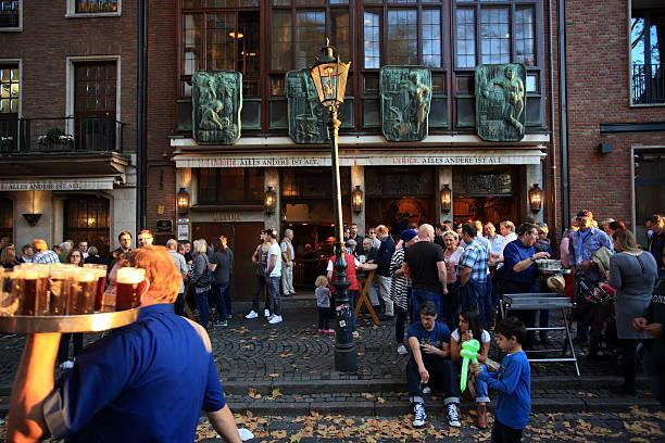 beliebte brauerei uerige in düsseldorf-altstadt - restaurant köln stock-fotos und bilder