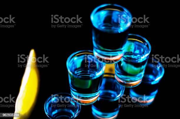 Foto de Bebida Popular Um Tiro Suicida Baseada Na Vodka Blue Curaçao E Suco De Limão Bebida Refrescante e mais fotos de stock de Azul