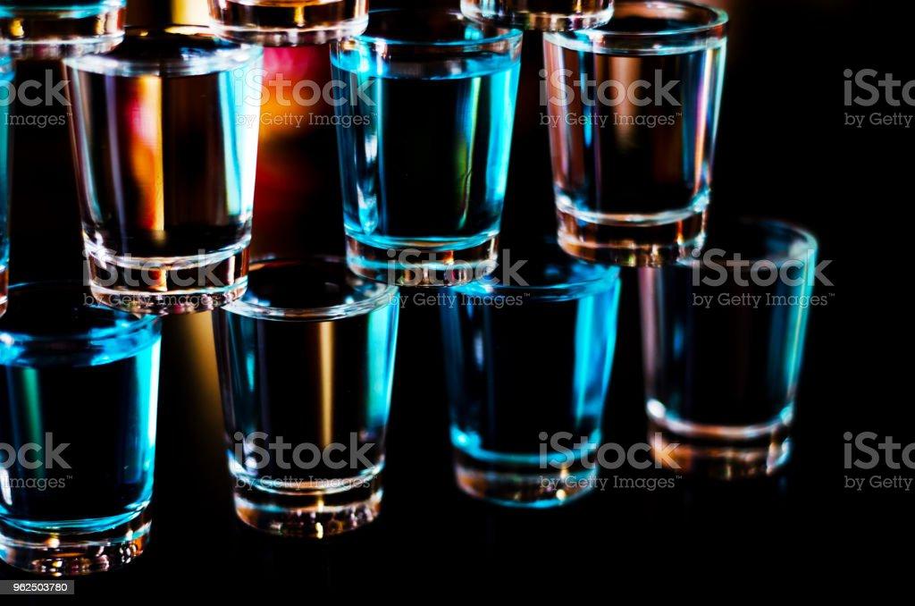 Bebida popular um tiro suicida baseada na vodka, blue Curaçao e suco de limão, bebida refrescante - Foto de stock de Azul royalty-free