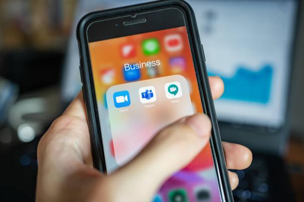 popular online meeting applications on iphone - remote work imagens e fotografias de stock