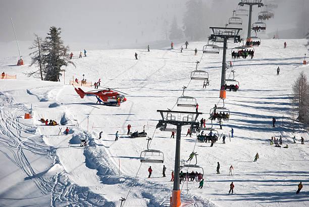 Beliebte slope im Nassfeld ski-resort mit seiner Helikopter Rettung – Foto